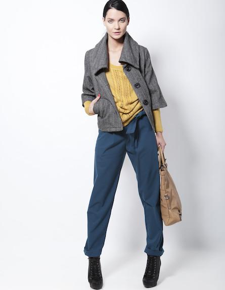 סוודר ומעיל צמריים עם טקסטורות ומכנסי סאטן (צילום: תום מרשק)