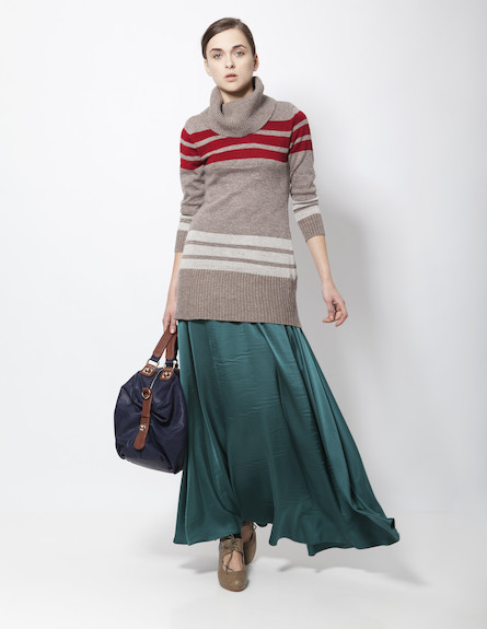 חצאית מקסי מסאטן עבה וסריג אוברסייז (צילום: תום מרשק)