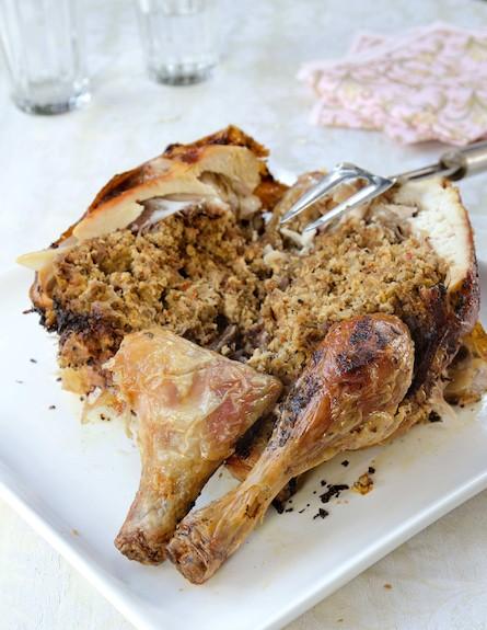 עוף ממולא בבשר וביצים (צילום: אילן נחום, על השולחן)