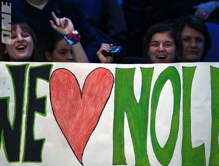 אוהדים תומכים בג´וקוביץ´ (GettyImages) (צילום: מערכת ONE)