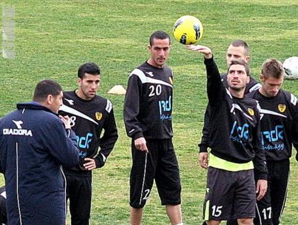 שי חדד מכשף את הכדור באימון (גיא בן זיו) (צילום: מערכת ONE)
