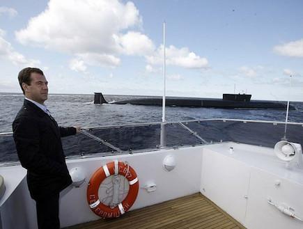 """דמיטרי מדבדב והצוללת """"יורי דולגורוקי"""" (צילום: www.kremlin.ru)"""