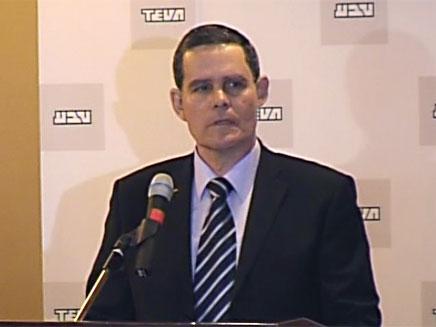 שלמה ינאי פורש, היום במסיבת העיתונאים (צילום: חדשות 2)