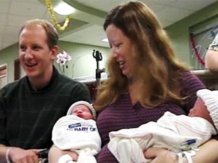 תאומים זהים בהפרש של שנה (צילום: CNN)