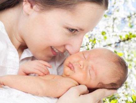 אמא עם תינוק אחרי לידה (צילום: SerrNovik, Istock)