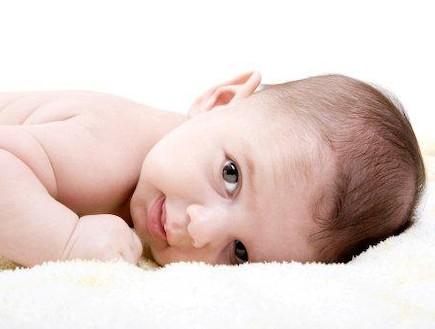 תינוק שוכב על הבטן מסתכל קדימה (צילום: ThinkStock)