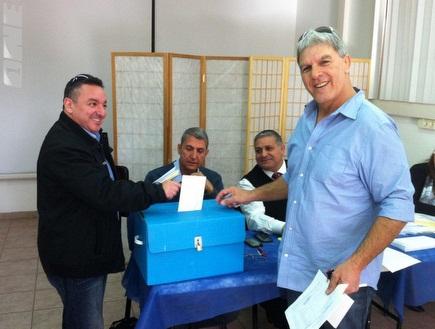 משה פונטי מימין במהלך הבחירות (צילום: מערכת ONE)