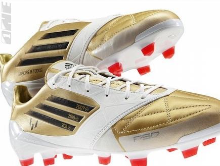הנעליים המיוחדות אותן ילבש מסי (צילום: מערכת ONE)