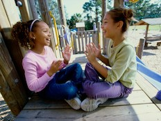 משחקי מחיאות כפיים - ילדות מוחאות כפיים בגן שעשועי (צילום: אימג'בנק / Thinkstock)