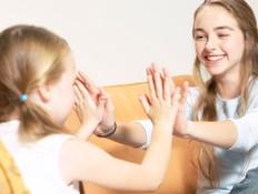 משחקי מחיאות כפיים - ילדות מוחאות כפיים בבית (צילום: אימג'בנק / Thinkstock)