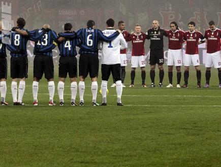 שחקני שתי הקבוצות מכבדים את אלו שנספו בתאונת השייט הקשה (רויטרס) (צילום: מערכת ONE)