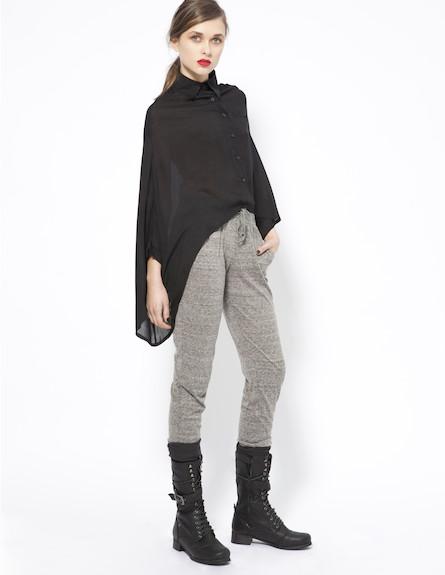 מכנסיי טרנינג מחוייטים ועליונית גלימה שחורה (צילום: תום מרשק)