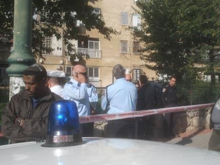שוטרים בכניסה לבניין, הבוקר