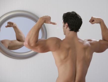 עושה שרירים מול המראה (צילום: אימג'בנק / Thinkstock)