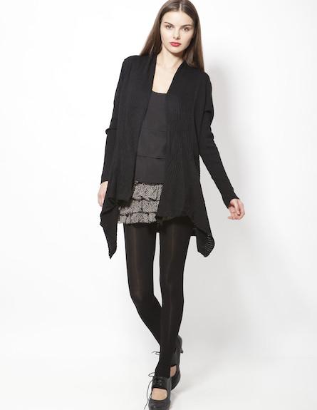 חצאית מחוברת לגרביונים, סריג וחולצה שחורה (צילום: תום מרשק)