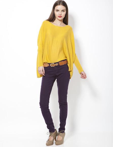 מכנסיי סקיני סגולים וחולצת אוברסייז בצהוב חרדל (צילום: תום מרשק)