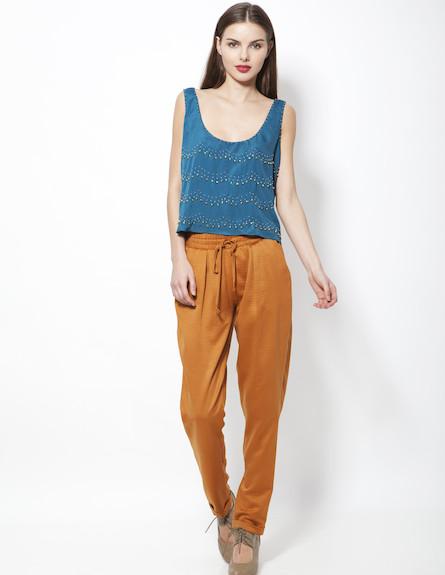 מכנסיי בד חומים וגופיה בצבע טורקיז (צילום: תום מרשק)
