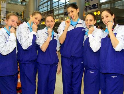 נבחרת ההתעמלות עם המדליות (יניב גונן) (צילום: מערכת ONE)