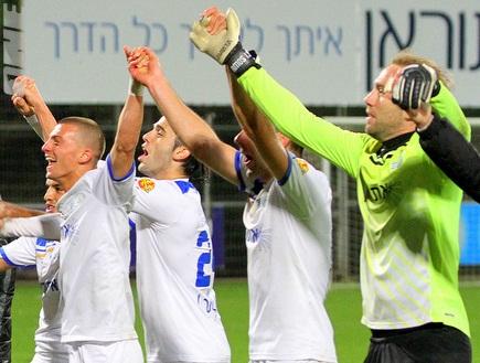 עמוס והחברים מאושרים בסיום הניצחון (יניב גונן) (צילום: מערכת ONE)