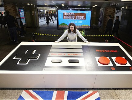 שלט המשחקים הגדול בעולם (צילום: dailymail.co.uk)