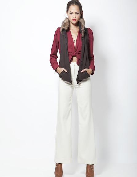 חולצת מעטפת בורדו, מכנסיי סן טרופז לבנים ווסט עם כ (צילום: סטודיו רון קדמי)