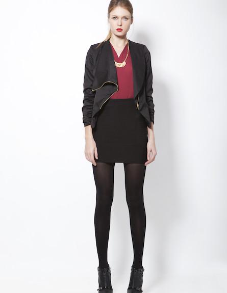 חולצת מעטפת בורדו, חצאית מיני שחורה וז'קט שחור (צילום: סטודיו רון קדמי)