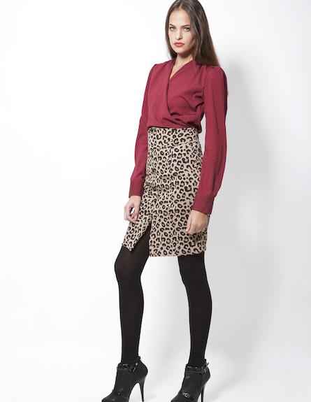 חולצת מעטפת בורדו, חצאית עפרון מנומרת וגרביונים אט (צילום: סטודיו רון קדמי)