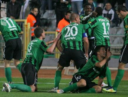 שחקני חיפה חוגגים את הניצחון היוקרתי (עמית מצפה) (צילום: מערכת ONE)