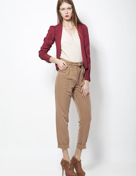 חולצת מעטפת בורדו, מכנסיי בד בגוון חום בהיר וחולצה (צילום: סטודיו רון קדמי)