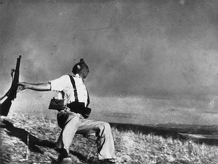 פדריקו בורל גרסיה נהרג מול העדשה (צילום: רוברט קאפה)