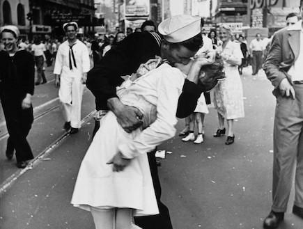 הנשיקה בטיימס סקוור (צילום: אלפרד אייזנשטדט, מגזין לייף)