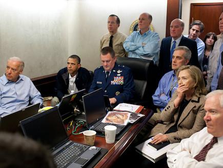 אובמה וצוותו צופים במבצע לחיסול בן לאדן (צילום: הבית הלבן)