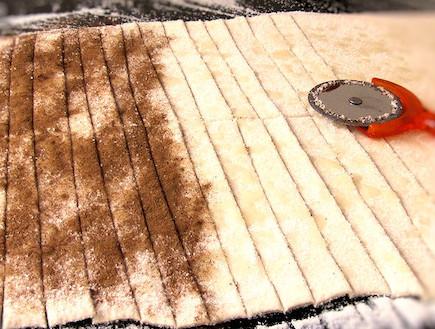 מרק שוקולד עם מקלות פריכים - מכינים את המקלות (צילום: דליה מאיר, קסמים מתוקים)