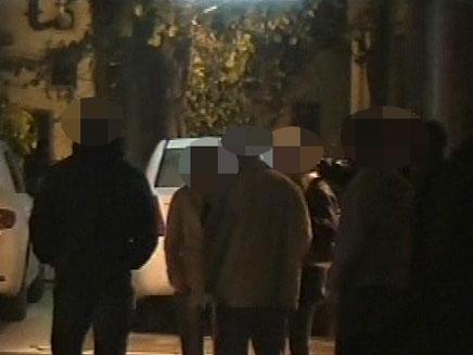 האם החשודה עם חוקרי המשטרה (צילום: חדשות 2)