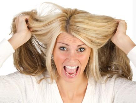אישה צועקת מושכת בשיערה (צילום: אימג'בנק / Thinkstock)