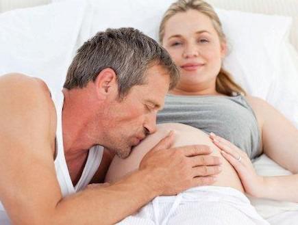 קלוז אפ על גבר מנשק בטן הריונית (צילום: אימג'בנק / Thinkstock)