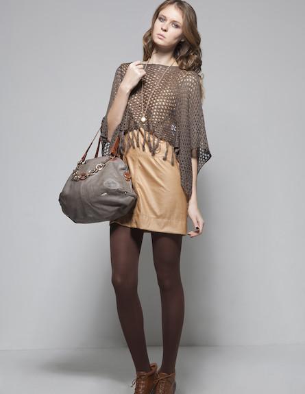 שמלת מיני בגוון בז', שכמייה ותיק אוברסייז (צילום: סטודיו רון קדמי)