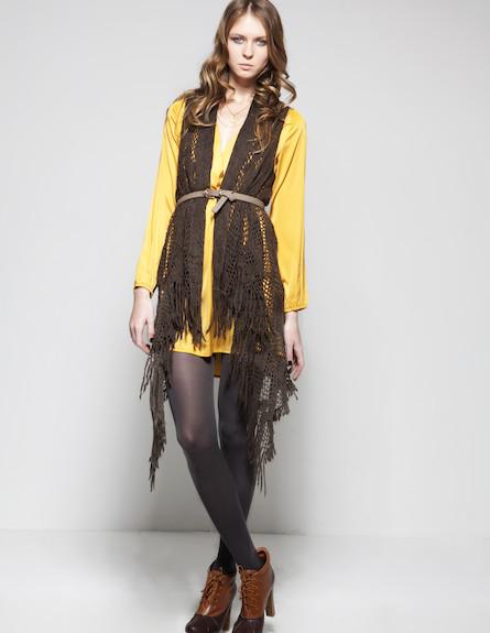 שמלה בגוון צהוב חרדל וסריג וסט ארוך (צילום: סטודיו רון קדמי)