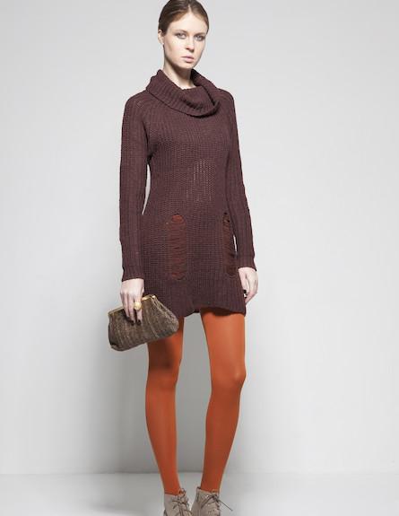 שמלת סריג בגוון בורדו עמוק וגרביונים כתומים (צילום: סטודיו רון קדמי)