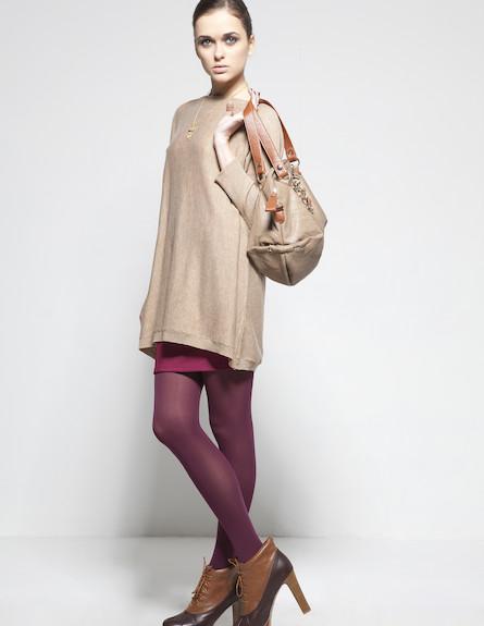 סריג בז' אוברסייז, חצאית מיני וגרביונים בגוונים תו (צילום: סטודיו רון קדמי)