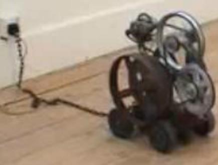 המכונות המיותרות ביותר שהומצאו (צילום: Youtube)