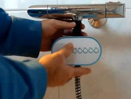 מבריק: רדיו הפועל על המים שזורמים במקלחת (צילום: Youtube)