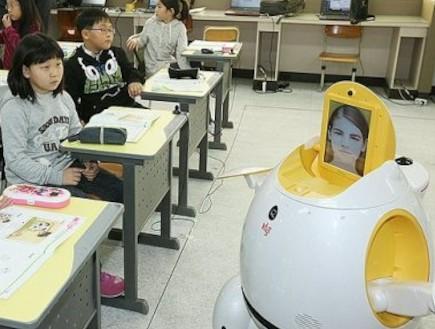 דרום קוריאה: רובוטים במקום מורות בכיתות (צילום: dailymail)