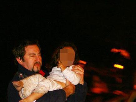 פינוי תינוק מהשריפה, הלילה (צילום: אתר HNN.co.il)