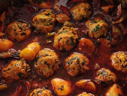 כדורי עוף ברוטב עגבניות מיובשות, תרד וזיתים (צילום: עודד מרום, מתכון בטוח 3, הוצאת פן וידיעות ספרים)