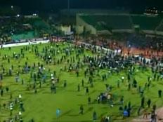 המונים מתפרצים למגרש הכדורגל במצרים (צילום: חדשות 2)