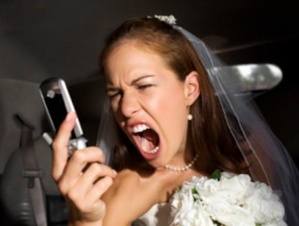 כלה עצבנית בטלפון (צילום: אימג'בנק / Thinkstock)