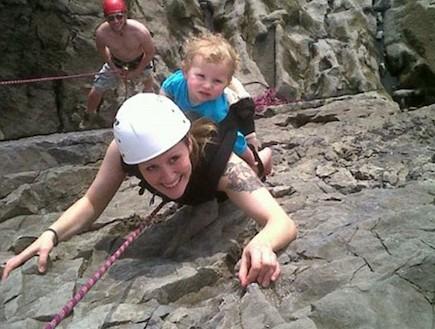 תינוקת מטפסת הרים 1 (צילום: צילום מסך daily mail)