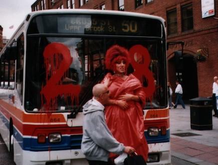 צובעים אוטובוס במנצ'סטר (צילום: ארכיון עיריית מנצ'סטר)