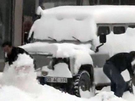 קבוצת ישראלים תקועה בשלג. ארכיון (צילום: חדשות 2)